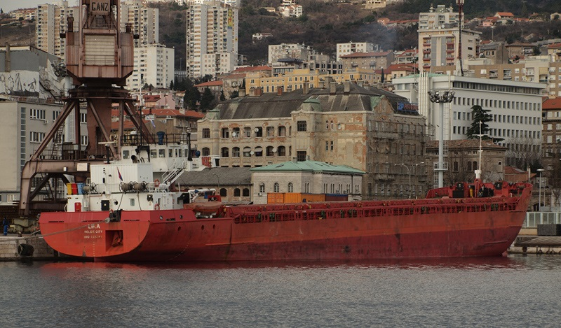 Turkish ship tried to destroy the Russian bridge to Crimea or only crying incompetence?