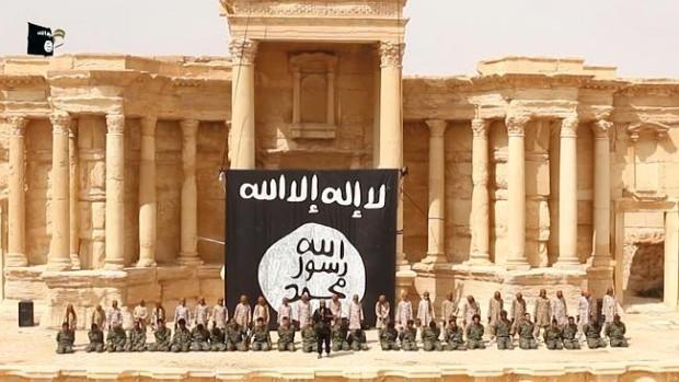 Ισλαμιστές μαχητές κράτος εκτέλεσης Συρίας στρατιώτες στο βάθρο του ρωμαϊκού αμφιθεάτρου της Συρίας αρχαία πόλη της Παλμύρας.  Η ομάδα έχει λάβει πάνω από την πόλη τον Μάιο.  Από τότε έχουν καταστραφεί πολλά μνημεία και αρχαίους ναούς.