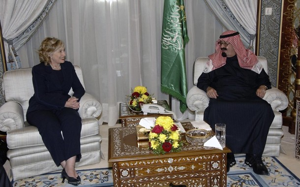 Saudi Arabia's King Abdullah meets U.S. Secretary of State Hillary Clinton at the Royal Palace in Riyadh February 15, 2010. REUTERS/Saudi Press Agency/Handout (SAUDI ARABIA - Tags: POLITICS) FOR EDITORIAL USE ONLY. NOT FOR SALE FOR MARKETING OR ADVERTISING CAMPAIGNS
