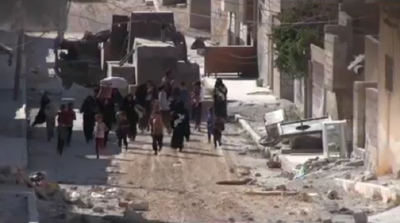 Nail-biting footage shows moment Manbij families escape battle zone (VIDEO)