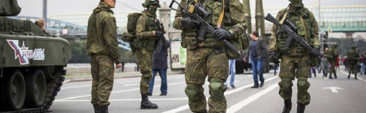 """Russian soldiers walk near the Russian Defense Ministry building prior to a concert for the all-Russian festival """"Russian Army in 2016"""" in Moscow, Russia, Saturday, Sept. 17, 2016.  The military festival features army bands, dancers and singers. (AP Photo/Alexander Zemlianichenko)"""