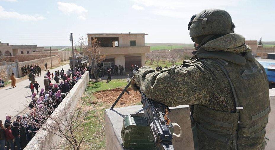 Footage: Russian Servicemen Distributing Aid West Of Manbij