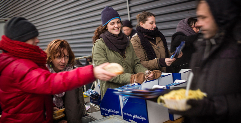 Mayor of French Calais Prohibits to Distribute Food to Migrants