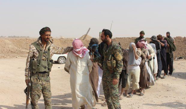 ISIS Ambushes SDF Convoy North of Deir Ezzor。 米国に支援された軍はアルスワワータウンに近づいた(写真)