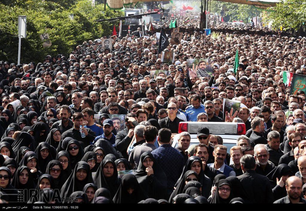 Migliaia si riuniscono per pagare tributo al soldato iraniano catturato e decapitato dall'ISIS al confine siriano-iracheno (Foto)
