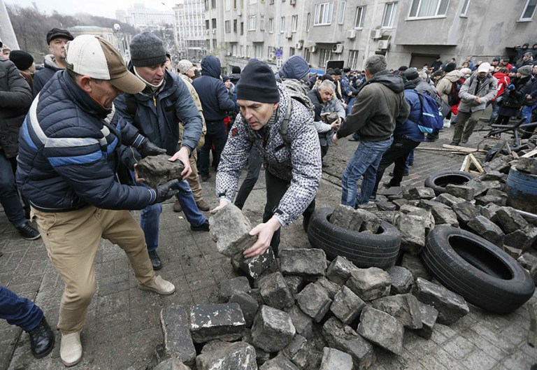 """War criminal ex-Georgian President freed from police custody by mob in Kiev after """"suicide"""" stunt"""