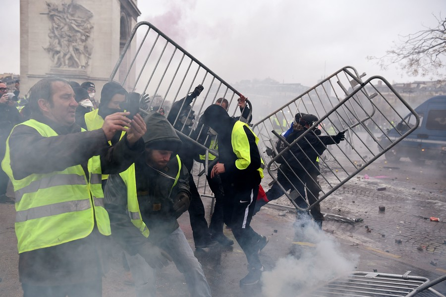 Dozens Injured As Paris Turns Into Battlefield Amid Fresh Yellow Vest Rallies (VIDEOS)