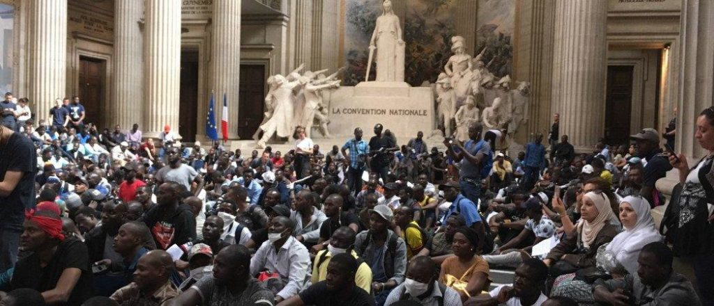 Over 700 'Black Vest' Migrants Occupy Paris Pantheon Demanding Citizenship