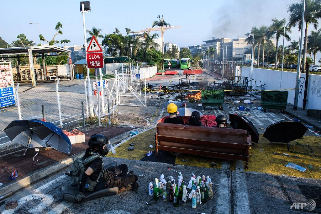 Chaos In Hong Kong: Nearly 4,000 Petrol Bombs Discovered By Police And 1,100 Arrested As PolyU Siege Nears End