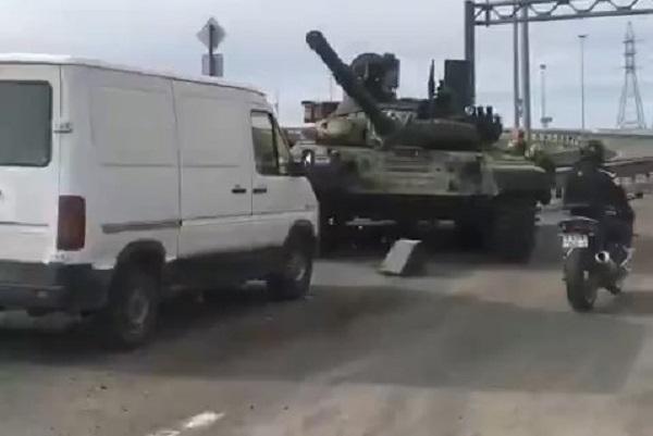 Modernized T-72B1 Battle Tank Fell From Trawl In Saint Petersburg (Video)