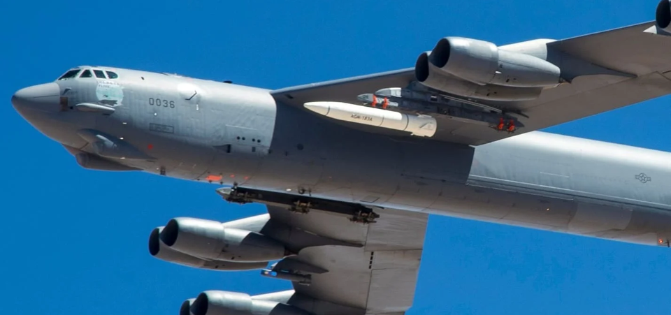 US B-52 Bomber 'Loses' Experimental Hypersonic Missile Over California