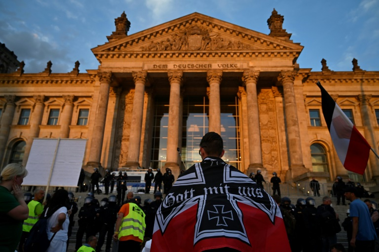 """""""Neo-Nazis"""" Take Reichstag To Fight """"Neo-Liberal Values"""""""