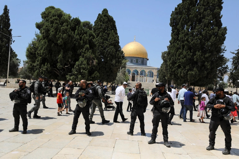 Israeli Police Clears Palestinian Worshippers So Israeli Tourists Can Visit Mosque