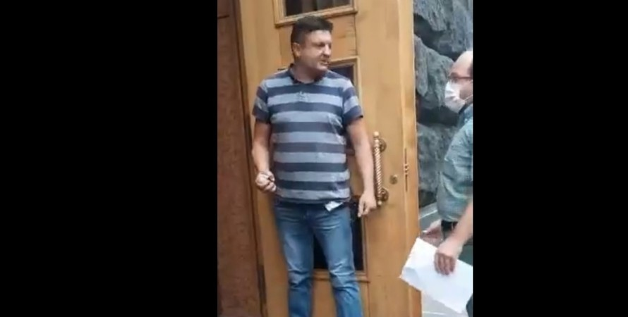 Unidentified Man Enters Ukrainian Government Building With Grenade, Threatens To Blow It Up (Videos)
